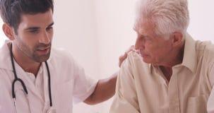 Αρσενικός γιατρός που παρηγορεί το ανώτερο άτομο απόθεμα βίντεο