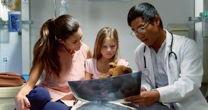 Αρσενικός γιατρός που συζητά την των ακτίνων X έκθεση 4k φιλμ μικρού μήκους