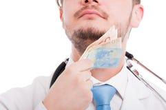 Αρσενικός γιατρός που φαίνεται υπερήφανος κατά την άποψη κινηματογραφήσεων σε πρώτο πλάνο Στοκ Εικόνα