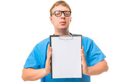 Αρσενικός γιατρός στα γυαλιά με ένα καθαρό κενό στα χέρια Στοκ Φωτογραφίες