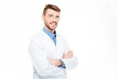 Αρσενικός γιατρός στα γυαλιά που στέκονται με τα όπλα που διπλώνονται Στοκ Φωτογραφίες