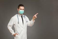 Αρσενικός γιατρός στη χειρουργική υπόδειξη μασκών Στοκ φωτογραφία με δικαίωμα ελεύθερης χρήσης