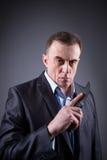 Αρσενικός γκάγκστερ σε ένα επιχειρησιακό κοστούμι με ένα μαχαίρι Στοκ φωτογραφία με δικαίωμα ελεύθερης χρήσης