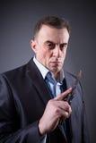 Αρσενικός γκάγκστερ σε ένα επιχειρησιακό κοστούμι με ένα μαχαίρι Στοκ εικόνες με δικαίωμα ελεύθερης χρήσης