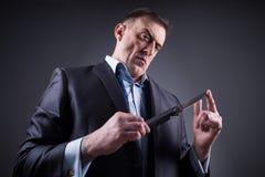 Αρσενικός γκάγκστερ σε ένα επιχειρησιακό κοστούμι με ένα μαχαίρι Στοκ Φωτογραφίες