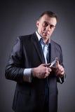Αρσενικός γκάγκστερ σε ένα επιχειρησιακό κοστούμι με ένα μαχαίρι Στοκ Εικόνες