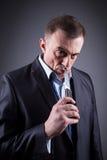 Αρσενικός γκάγκστερ σε ένα επιχειρησιακό κοστούμι με ένα μαχαίρι Στοκ Φωτογραφία