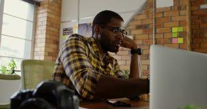 Αρσενικός γραφικός σχεδιαστής που εργάζεται στο γραφείο σε ένα σύγχρονο γραφείο 4k φιλμ μικρού μήκους