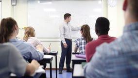 Αρσενικός δάσκαλος γυμνασίου στην κατηγορία επιστήμης διδασκαλίας Whiteboard απόθεμα βίντεο