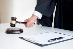 Αρσενικός δικηγόρος δικαστών σε ένα δικαστήριο που χτυπά Gavel στον ήχο Στοκ φωτογραφίες με δικαίωμα ελεύθερης χρήσης