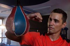 Αρσενικός εγκιβωτισμός άσκησης μπόξερ με punching την τσάντα Στοκ Εικόνες