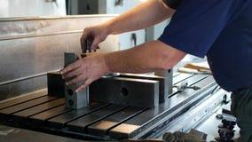 Αρσενικός ειδικός borer καθορίζει μια τροχαλία μετάλλων σε μια διευρύνοντας μηχανή, μικρή επιχείρηση, εργαστήριο, τζιν απόθεμα βίντεο