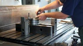 Αρσενικός ειδικός borer καθορίζει μια τροχαλία μετάλλων σε μια διευρύνοντας μηχανή, μικρή επιχείρηση, φραγμός απόθεμα βίντεο