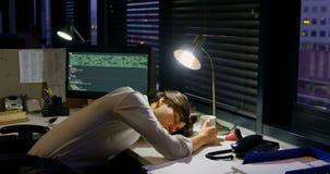 Αρσενικός εκτελεστικός ύπνος στο γραφείο 4k φιλμ μικρού μήκους
