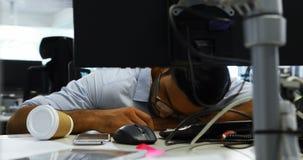 Αρσενικός εκτελεστικός ύπνος στο γραφείο απόθεμα βίντεο