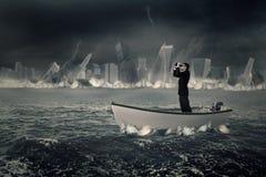 Αρσενικός επιχειρηματίας με τις διόπτρες στη βάρκα Στοκ Εικόνες