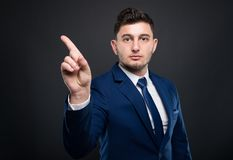 Αρσενικός επιχειρηματίας που κάνει το σημάδι άρνησης με το δάχτυλο Στοκ φωτογραφίες με δικαίωμα ελεύθερης χρήσης
