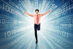 Αρσενικός επιχειρηματίας που τρέχει με το δυαδικό κώδικα Στοκ εικόνα με δικαίωμα ελεύθερης χρήσης