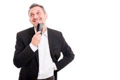 Αρσενικός επιχειρηματίας που χαμογελά και που κρατά το πορτοφόλι δέρματος Στοκ Εικόνες