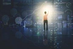 Αρσενικός επιχειρηματίας σχετικά με το εικονικό κουμπί Στοκ εικόνα με δικαίωμα ελεύθερης χρήσης