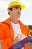 Αρσενικός εργάτης οικοδομών με την περιοχή αποκομμάτων που κοιτάζει μακριά έξω Στοκ Φωτογραφίες