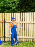 Αρσενικός εργάτης που στηρίζεται κοντά στον ξύλινο φράκτη στοκ φωτογραφία με δικαίωμα ελεύθερης χρήσης