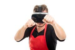 Αρσενικός εργοδότης υπεραγορών που εγκιβωτίζει φορώντας vr τα προστατευτικά δίοπτρα Στοκ Εικόνες