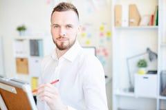 Αρσενικός ηγέτης στο γραφείο στοκ εικόνα με δικαίωμα ελεύθερης χρήσης