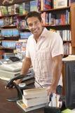 Αρσενικός ιδιοκτήτης βιβλιοπωλείων στοκ εικόνα