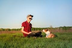Αρσενικός ιδιοκτήτης σκυλιών και εκπαιδευμένο τεριέ Staffordshire στοκ φωτογραφία με δικαίωμα ελεύθερης χρήσης