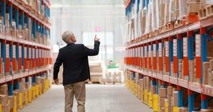 Αρσενικός διευθυντής αποθηκών εμπορευμάτων που ελέγχει το απόθεμα για τη ναυτιλία φιλμ μικρού μήκους