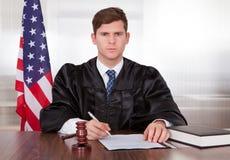Αρσενικός δικαστής στο δικαστήριο Στοκ εικόνες με δικαίωμα ελεύθερης χρήσης