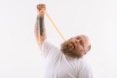 Αρσενικός λιπαρός πάσχει από το υπερβολικό βάρος στοκ εικόνες