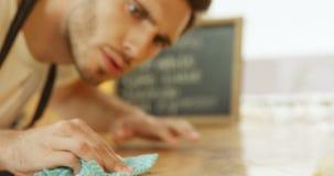 Αρσενικός καθαρίζοντας πίνακας σερβιτόρων στον καφέ 4k απόθεμα βίντεο