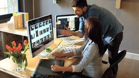 Αρσενικός και θηλυκός γραφικός σχεδιαστής που εργάζεται στον υπολογιστή απόθεμα βίντεο