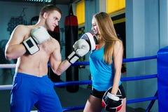 Αρσενικός και θηλυκός φίλαθλος εγκιβωτισμός άσκησης ζευγών στη γυμναστική στο εγκιβωτίζοντας δαχτυλίδι Στοκ φωτογραφία με δικαίωμα ελεύθερης χρήσης