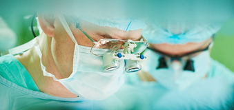 Αρσενικός καρδιακός χειρούργος στο λειτουργούν δωμάτιο cardiosurgery παιδιών Στοκ εικόνα με δικαίωμα ελεύθερης χρήσης