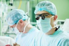 Αρσενικός καρδιακός χειρούργος στο λειτουργούν δωμάτιο cardiosurgery παιδιών Στοκ Φωτογραφίες