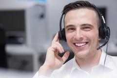 Αρσενικός κεντρικός χειριστής κλήσης που κάνει την εργασία του Στοκ Φωτογραφίες