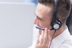 Αρσενικός κεντρικός χειριστής κλήσης που κάνει την εργασία του στοκ εικόνες με δικαίωμα ελεύθερης χρήσης
