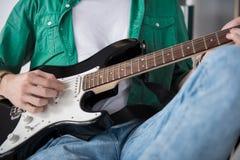 Αρσενικός κιθαρίστας βράχου που εκτελεί τη μουσική amp Στοκ Φωτογραφία