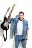 0 αρσενικός κιθαρίστας που εκφράζει τις αρνητικές συγκινήσεις Στοκ φωτογραφία με δικαίωμα ελεύθερης χρήσης