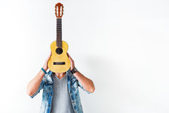 Αρσενικός κιθαρίστας που κρατά το μουσικό όργανο στοκ φωτογραφία με δικαίωμα ελεύθερης χρήσης