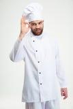 Αρσενικός μάγειρας αρχιμαγείρων που παρουσιάζει εντάξει σημάδι Στοκ Φωτογραφίες