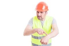 0 αρσενικός μηχανικός που δείχνει στον καρπό του Στοκ φωτογραφία με δικαίωμα ελεύθερης χρήσης