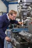 Αρσενικός μηχανικός που χρησιμοποιεί το τρυπάνι στο εργοστάσιο Στοκ φωτογραφία με δικαίωμα ελεύθερης χρήσης