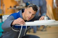 Αρσενικός μηχανικός στην εργασία στοκ φωτογραφία με δικαίωμα ελεύθερης χρήσης