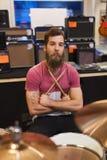 Αρσενικός μουσικός με τα κύμβαλα στο κατάστημα μουσικής Στοκ φωτογραφίες με δικαίωμα ελεύθερης χρήσης