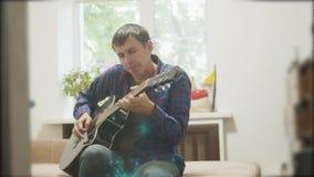 αρσενικός μουσικός που παίζει την ακουστική κιθάρα άτομο που παίζει το ακουστικό σε αργή κίνηση βίντεο κιθάρων στο δωμάτιο κάθετα απόθεμα βίντεο
