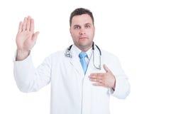 Αρσενικός νέος γιατρός που ορκίζεται ή που έχει τον ιπποκράτειο όρκο Στοκ φωτογραφία με δικαίωμα ελεύθερης χρήσης